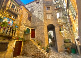 Trogir-old-house-with-flowers
